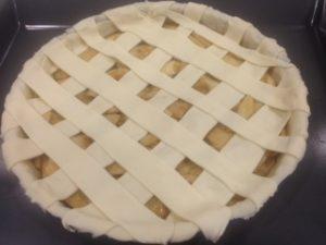 Añadiendo tiras de hojaldre a nuestra tarta de manzana