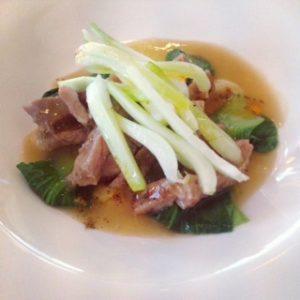 Pluma de cerdo ibérico macerada con fondo untuoso de jamón ibérico, guindilla y pack – choi.