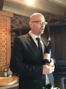 Juan Luis durante su entretenida explicación de este vino. ¡Qué genial es este sumiller!