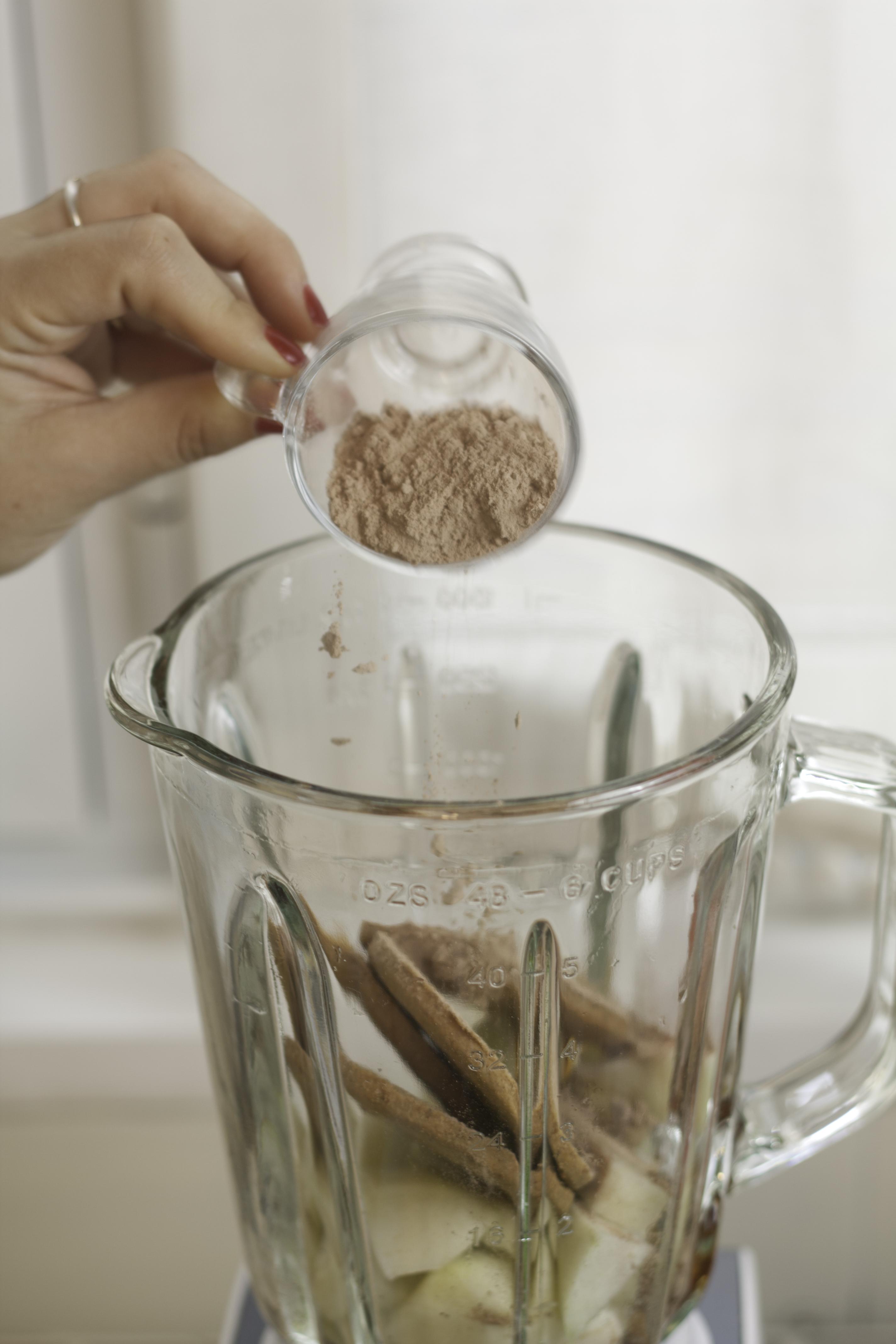 Añadimos un poco de cacao a nuestro batido energético