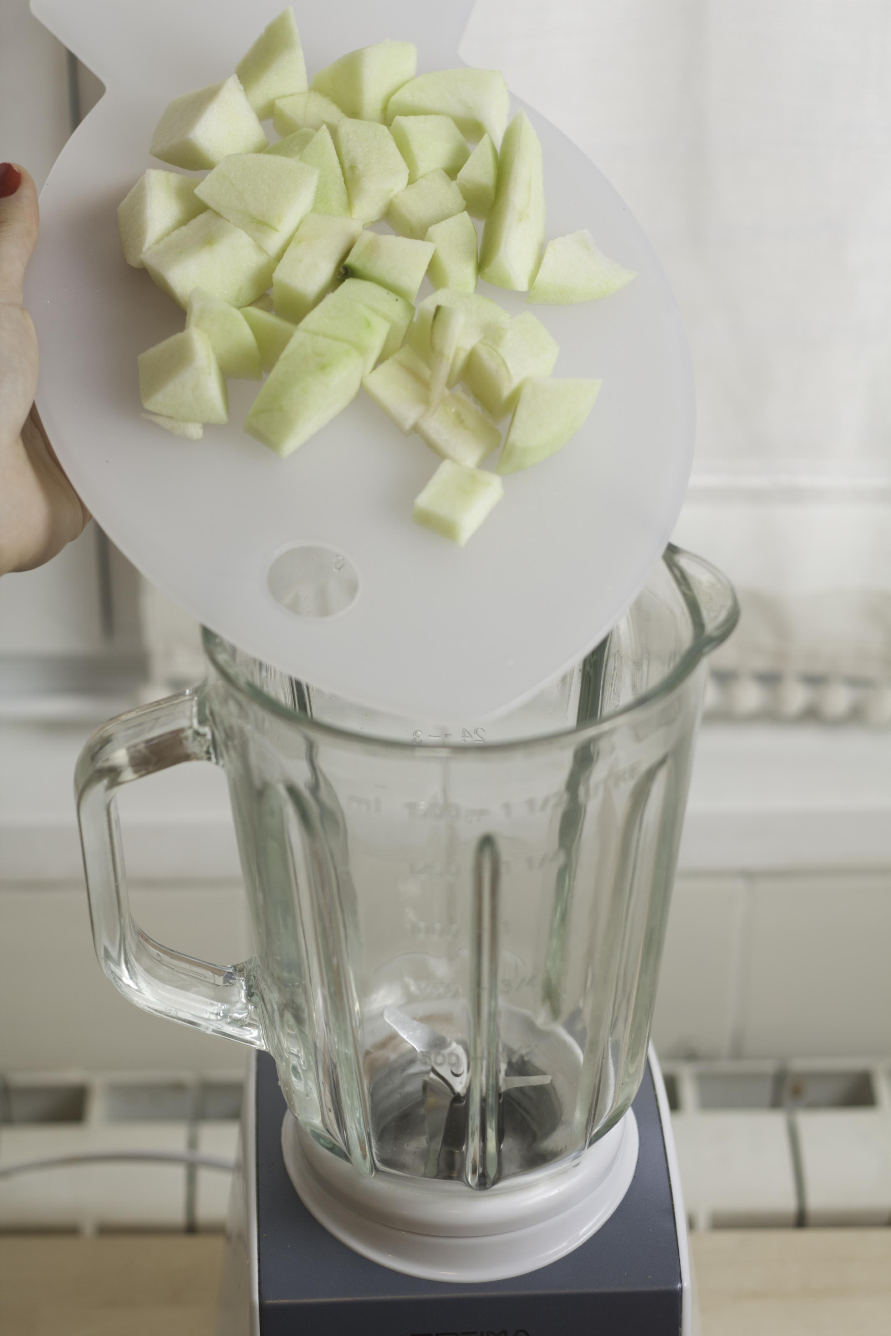Pelamos la manzana y la cortamos en trocitos.