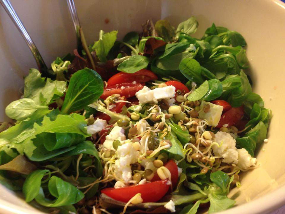 Ensalada con tomate, canonigos, lechuga iceberg, germinados de soja y lentejas y queso griego.
