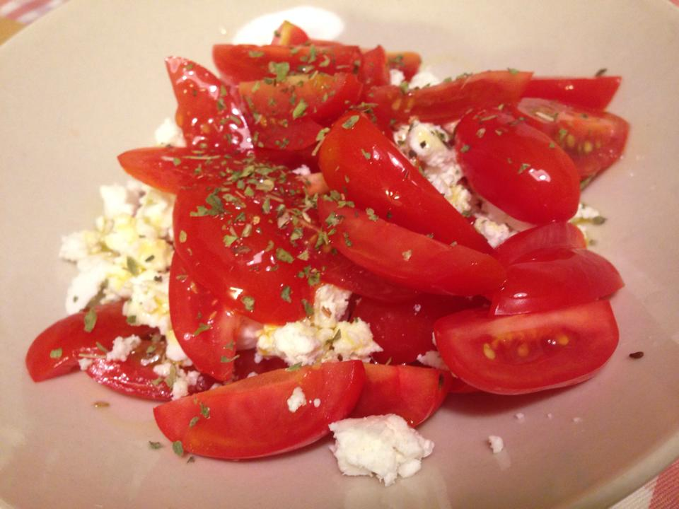 Ensalada Caprese: tomate, queso y oregano con un chorrito de AOVE.