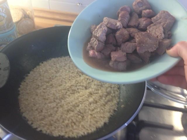 A final de cocción añadimos la carne.