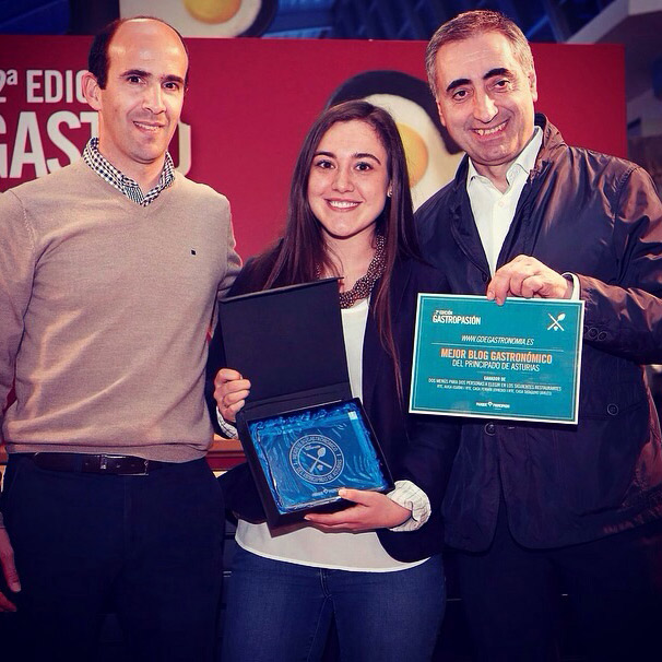 Luis Alberto de Casa Fermin me entregó el título junto al gerente de Parque Principado.