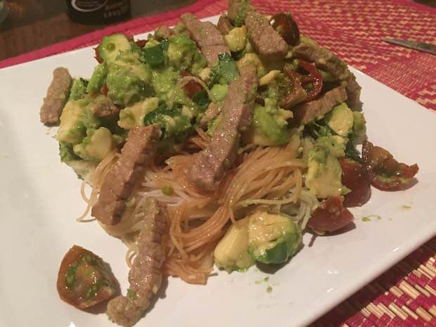 Mezclamos el aguacate, la albaca y los tomatitos con la ternera y los noodles. Et voila! Un plato delicioso en menos de 10 minutos.