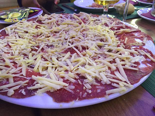 carpaccio con laminas de foie y parmesano