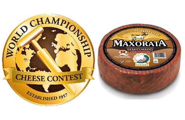 Maxorata semicurado untado con pimentón, mejor queso de cabra del mundo