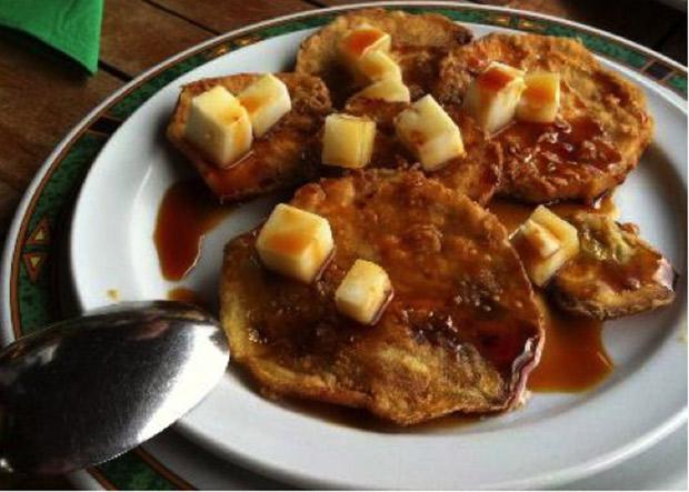 Berenjena rebozada con miel de palma y queso de cabra