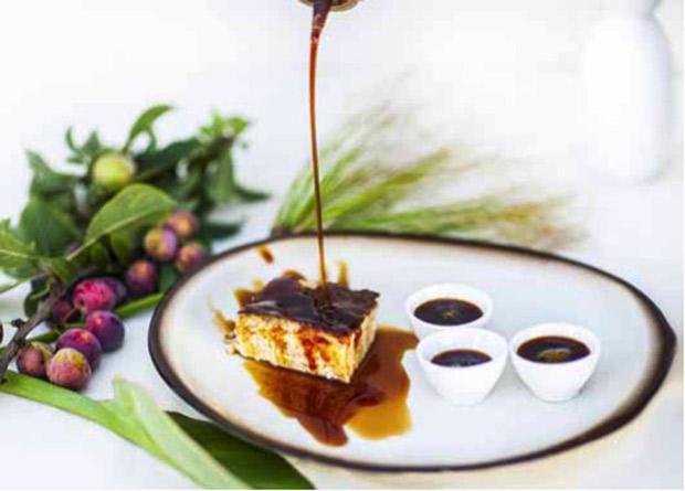 Torta de cuajada (bizcocho de queso tierno que se toma caliente bañado con miel de palma)