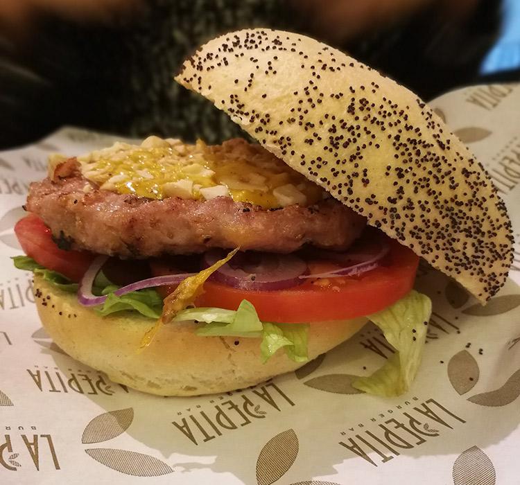 Pepita Hindi | Burger de pollo, salsa curry y mango, anacardos, lechuga y tomate y cebolla roja.