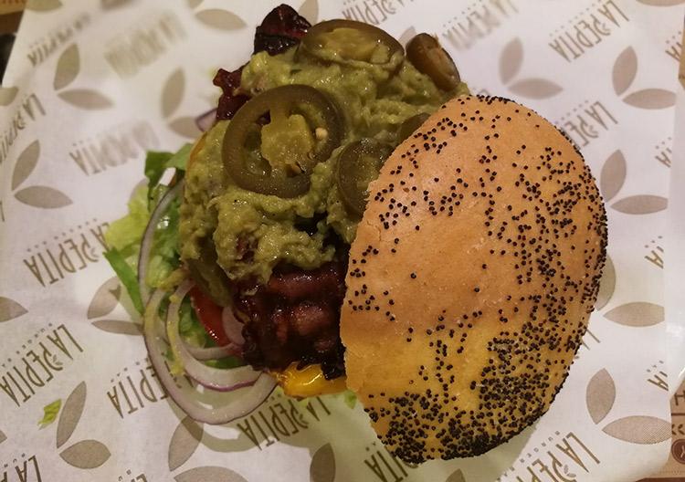 Pepita Charrapita | Burger de ternera, guacamole, jalapeños, bacon, lechuga, tomate y cebolla roja.