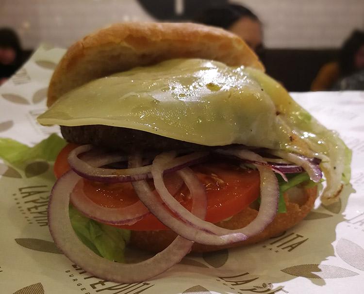 La Pepita | Burger de ternera, queso cheddar, lechuga, tomate y cebolla roja en pan artesano.
